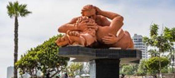 kissing sculpture Parque del Amor Lima