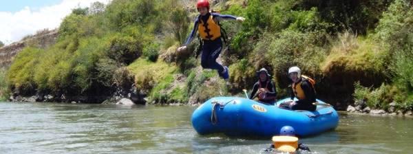 Joven saltando al agua